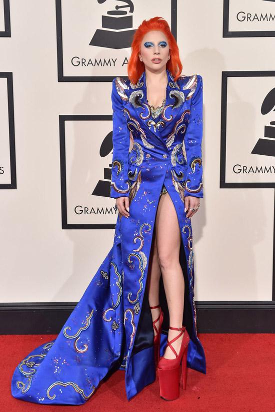 Леди Гага в синем платье с принтом и красные туфли на платформе