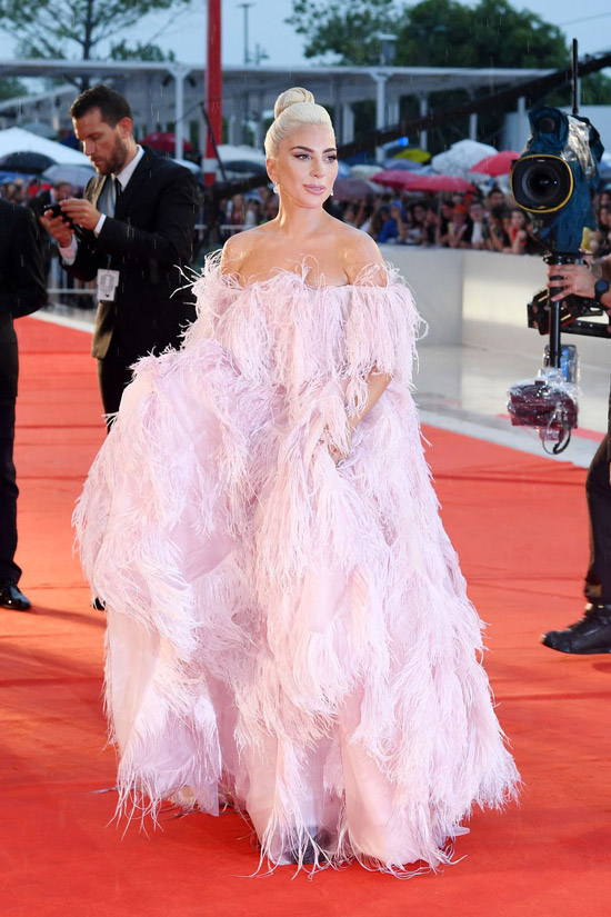 Леди Гага в воздушном розовом платье с перьями