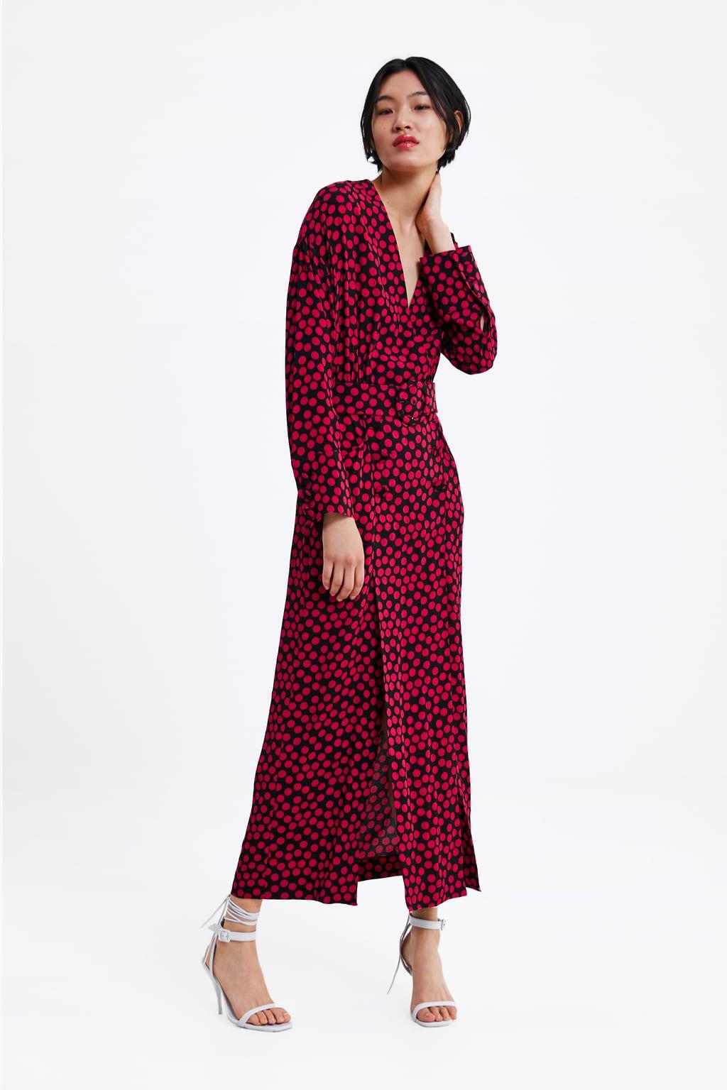 Модель в длинном платье в красный горох