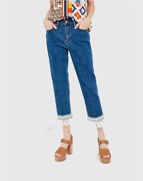 Модель в джинсах с бахромой, коричневые босоножки