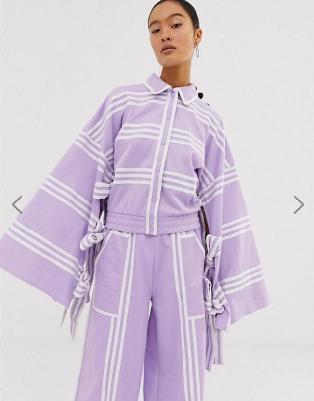 Модель в фиолетовом кардигане в расклешенными рукавами