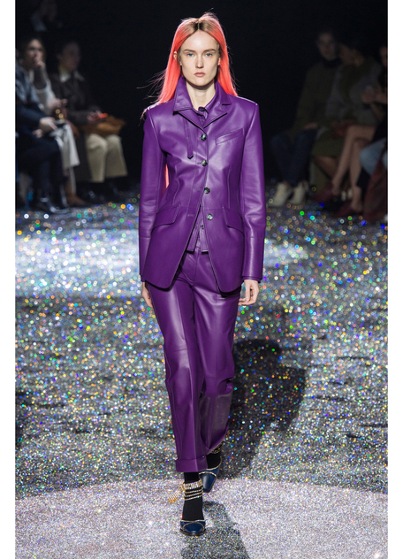 Модель в фиолетовом кожаном костюме