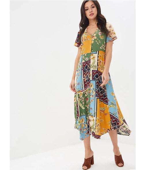 Модель в легком платье с разными принтами