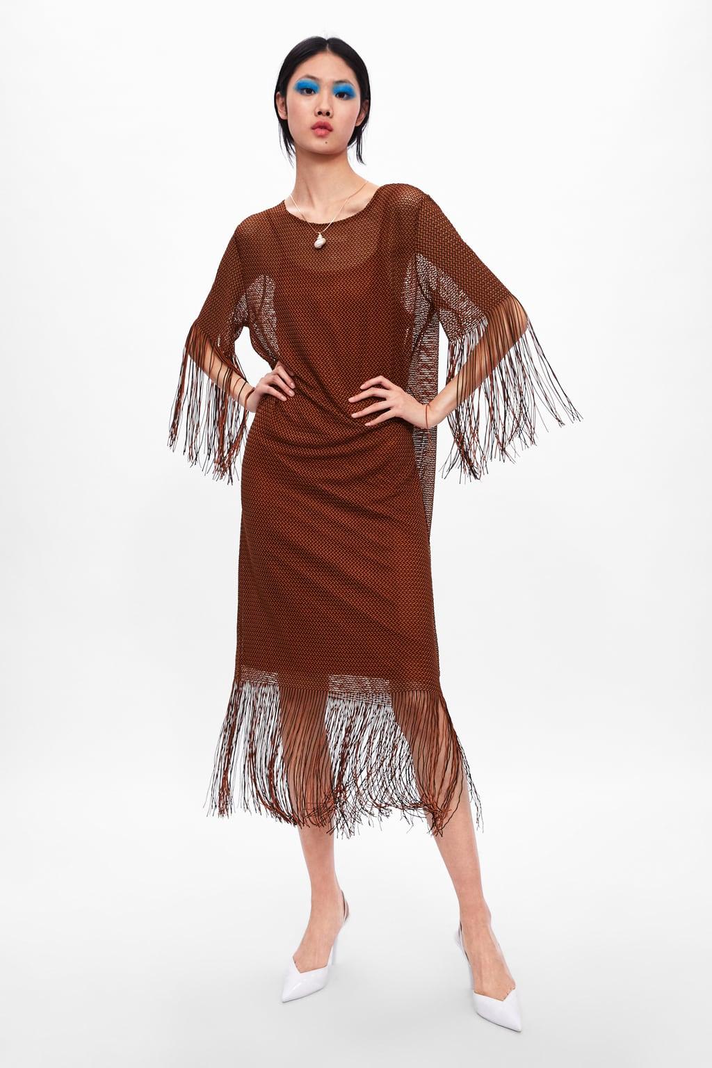 Модель в платье в сетку с бахромой