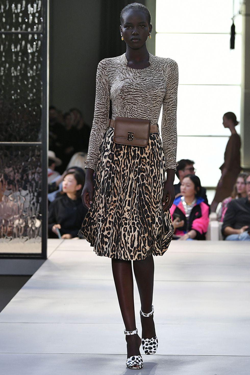 Модель в юбки миди с леопардовым принтом, водолазке с принтом и босоножки