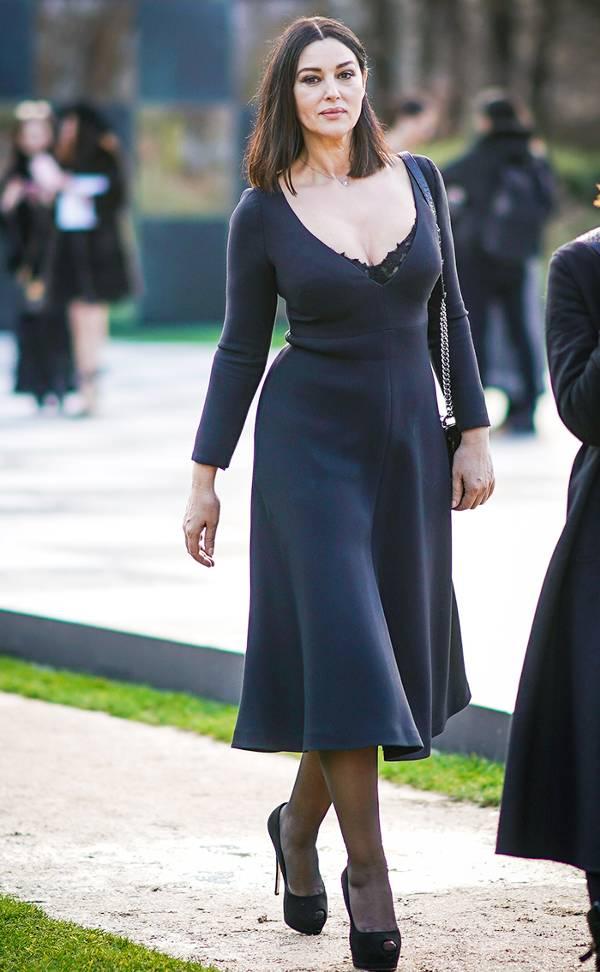 Моника Беллуччи в черном платье миди с глубоким декольте, черные туфли на шпильке