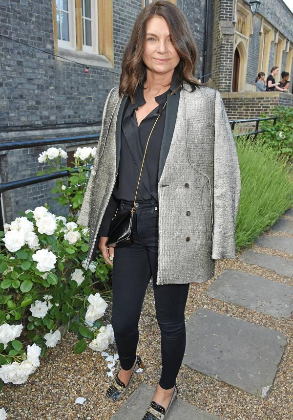 Натали Массенет в черных узких джинсах, блузка и серый пиджак