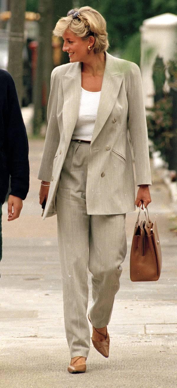 Принцесса Диана в бежевом костюме с брюками, белая футболка