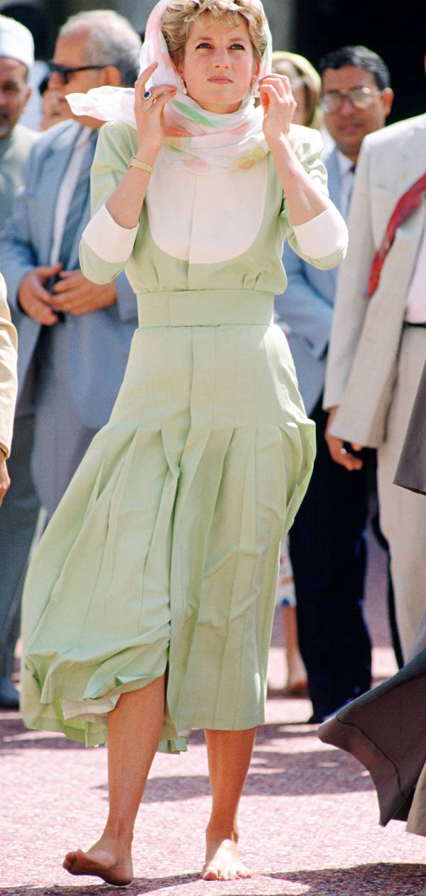 Принцесса Диана в фисташком платье миди и платке