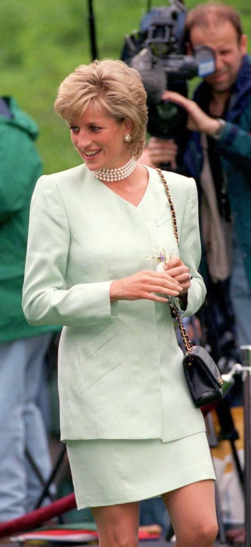 Принцесса Диана в мини юбке и оъемном пиджаке фисташкового цвета
