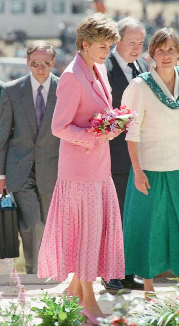 Принцесса Диана в розовой юке миди и жакете