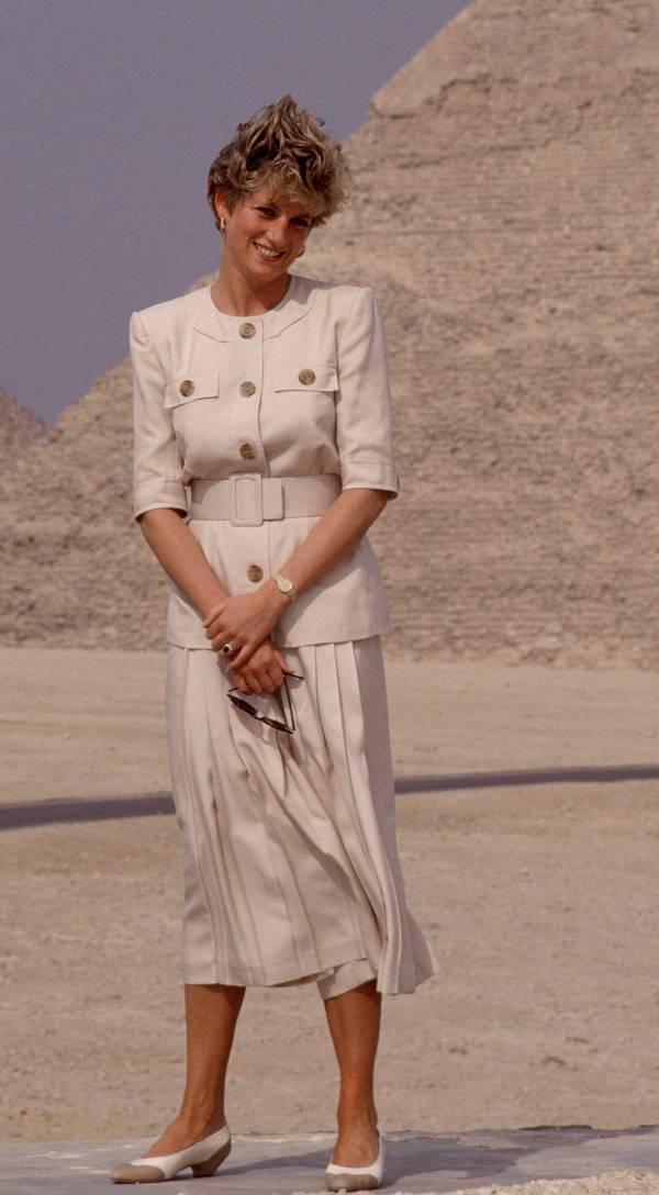 Принцесса Диана в светло бежевом костюме с юбкой миди