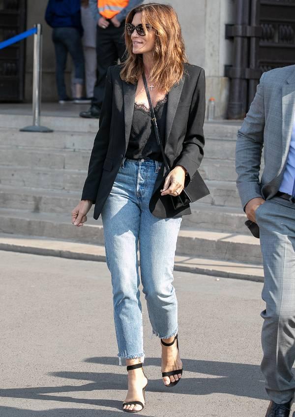 Синди Кроуфорд в голубых джинсах, черный топ и жакет