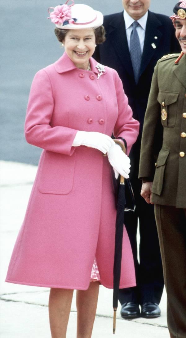 Женщина в розовом пальто и шляпка