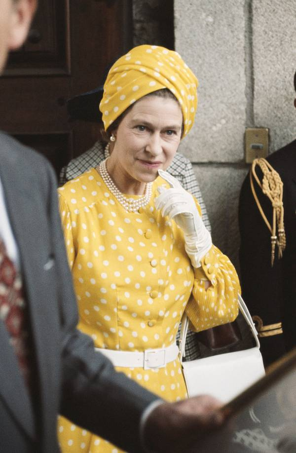 Женщина в желтом платье в горох с елым ремнем