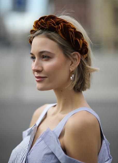 Девушка с короткими светлыми волосами и большой ободок