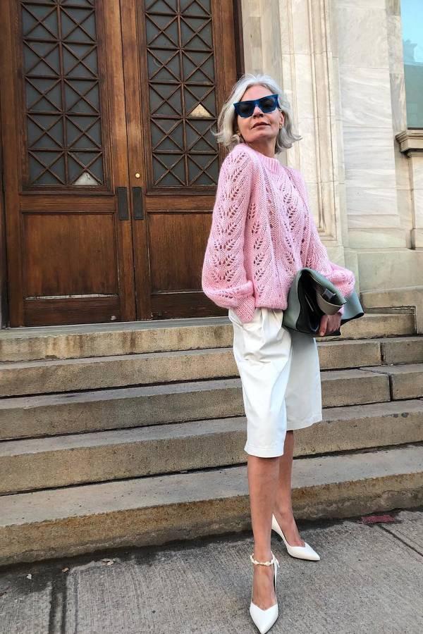 Девушка в белых бермудах, розовый свитшот и белые туфли