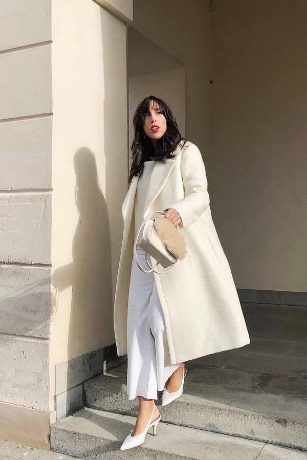 Девушка в белых брюках, белое пальто и туфли