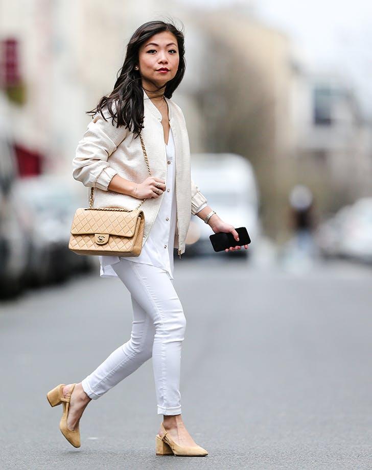 Девушка в белых джинсах, блузка, бежевый кардиган и туфли