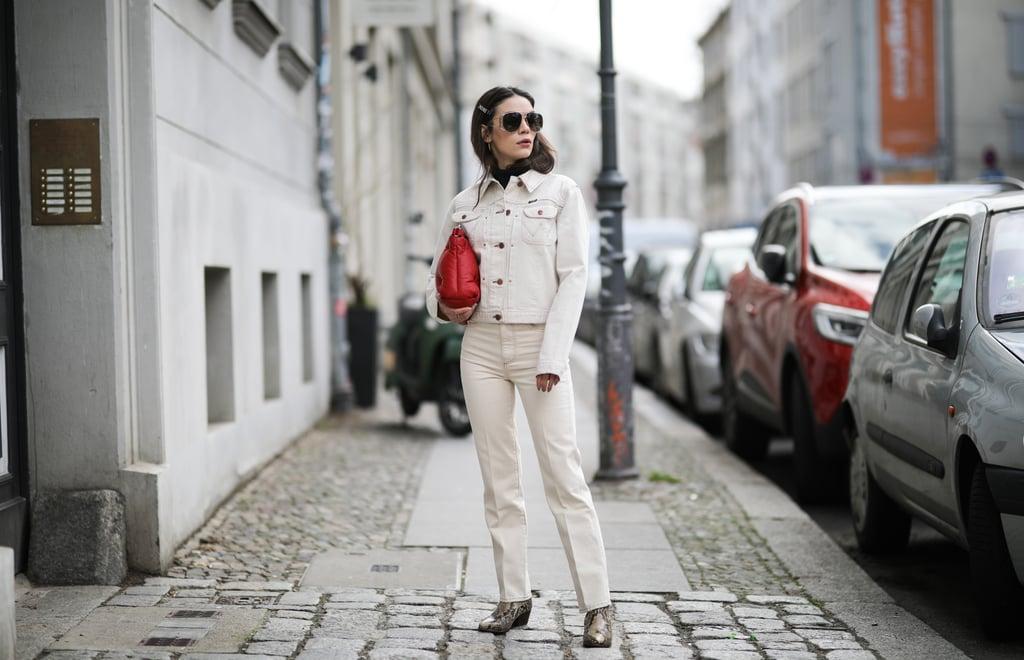 Девушка в белых прямых джинсах, куртка и красная сумка