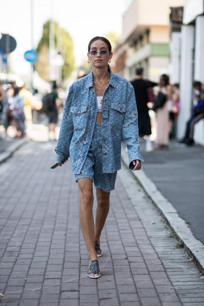 Девушка в бермудах и куртке оверсайз