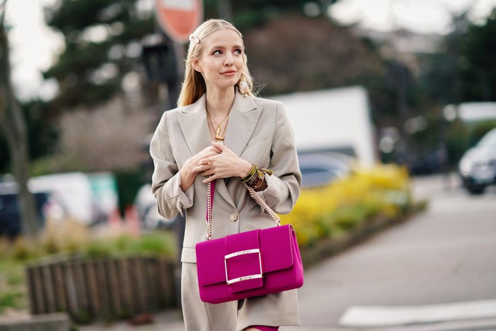 Девушка в бежевом блейзере и фиолетовая сумка
