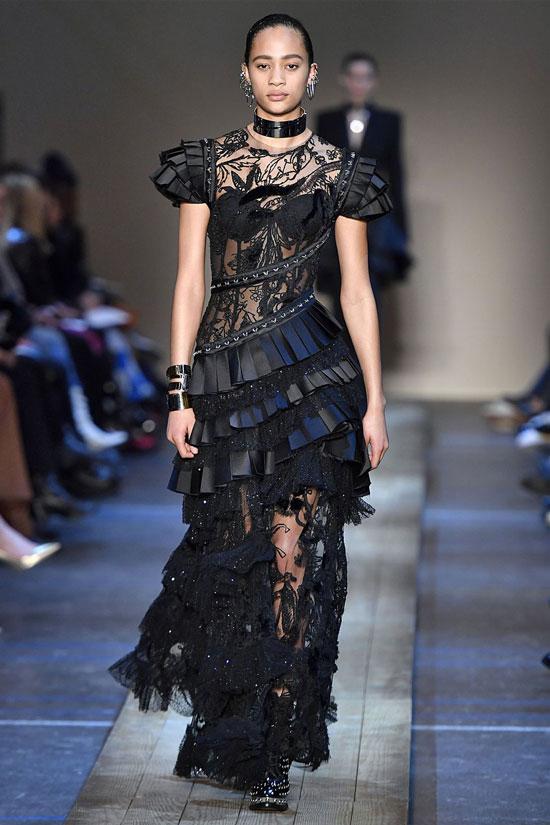Девушка в черном кружевном платье