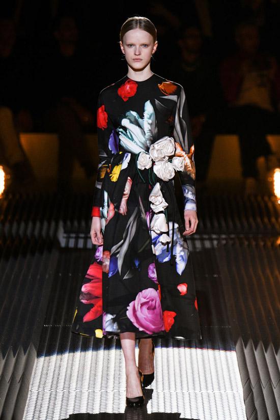Девушка в черном платье миди с ярким цветочным принтом