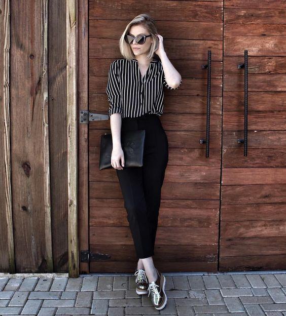 Девушка в черных брюках и полосатая рубашка