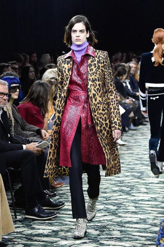 Девушка в черных джинсах и пальто с леопардовым принтом