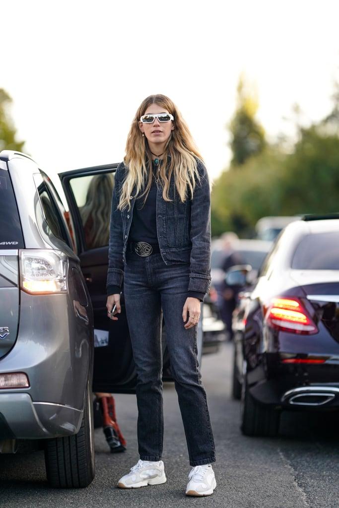 Девушка в черных джинсах, рубашка и джинсовая куртка