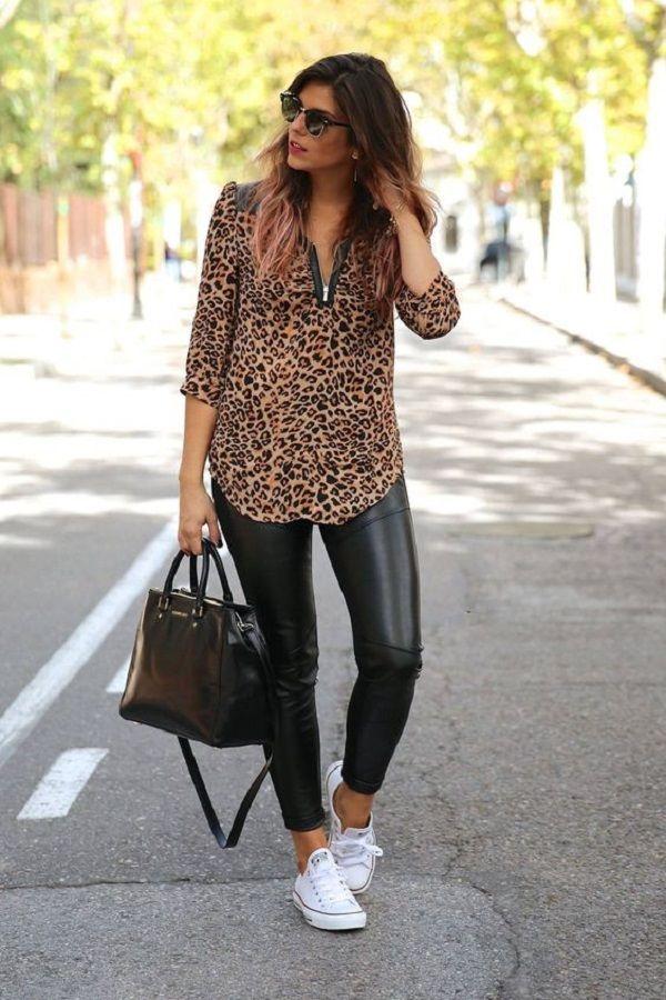 Девушка в черных кожанных леггинсах, блузка с леопардовым принтом