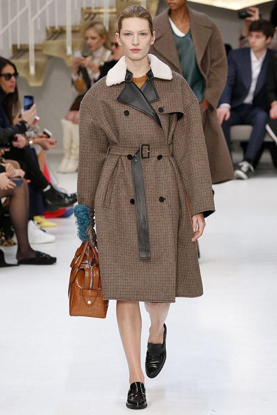 Девушка в двубортном пльто с поясом и черные лоферы