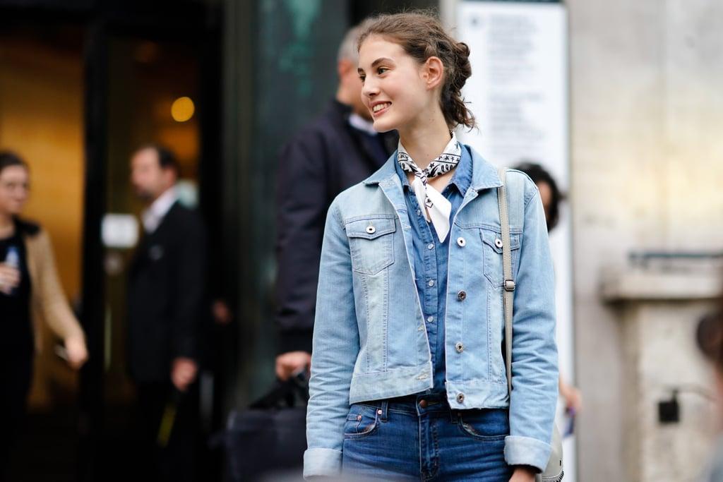 Девушка в джинсах, джинсовая куртка и платок