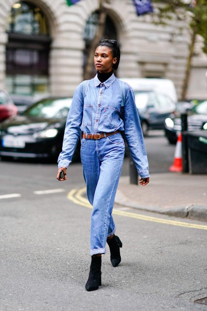 Девушка в джинсах с ремнем, джинсовая рубашка, черные ботильоны
