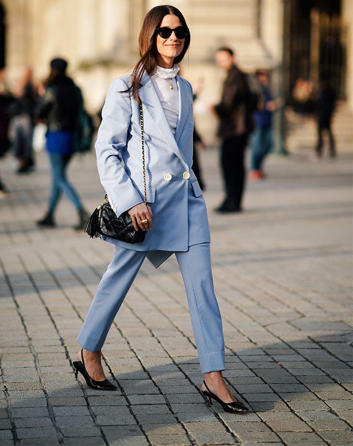 Девушка в голубом костюме с удлиненным пиджаком, черные туфли