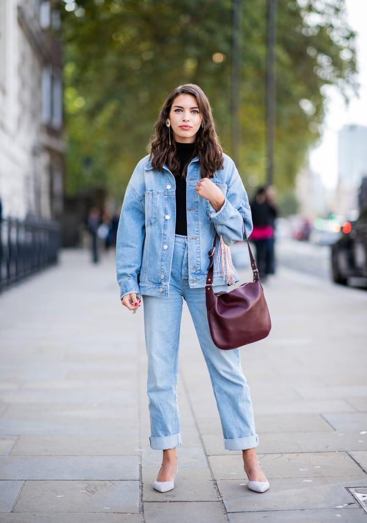 Девушка в голубых джинсах, джинсовая куртка и белые туфли
