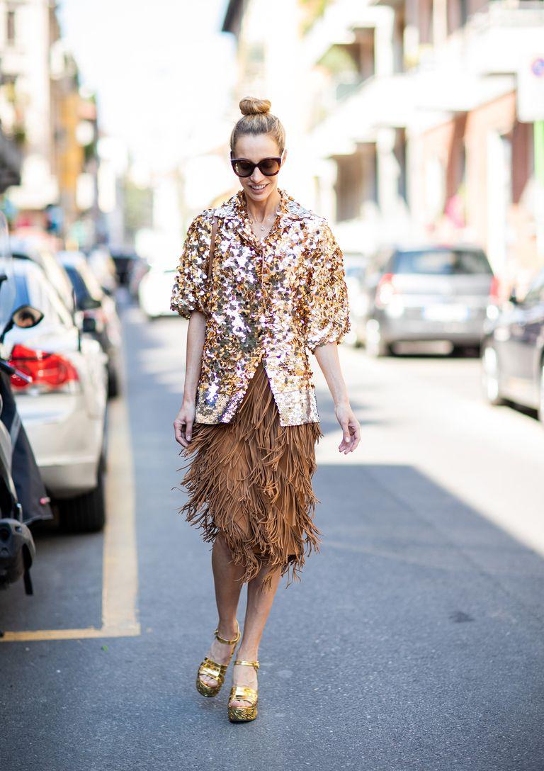 Девушка в коричневой юбке с бахромомй, золотая кофта и босоножки