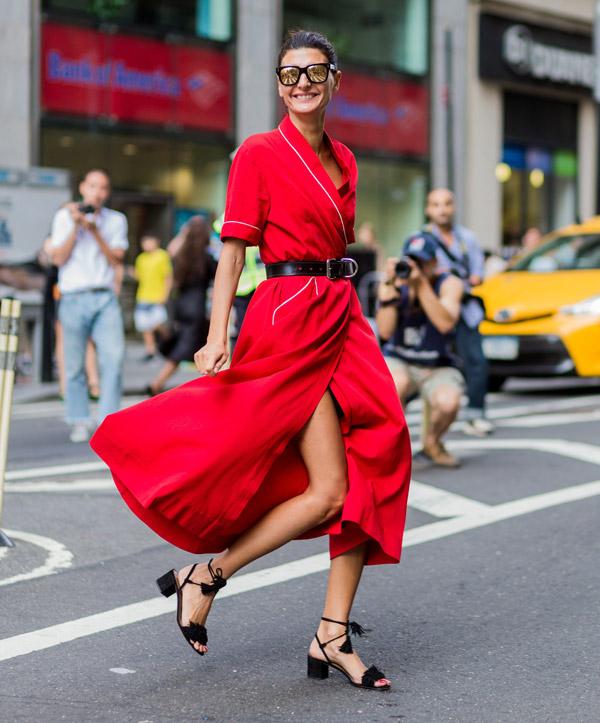 Девушка в красном платье миди с ремнеи и черные босоножки