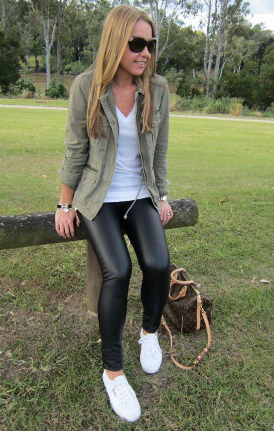 Девушка в леггинсах и куртке