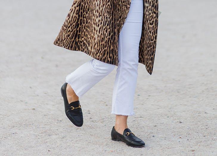 Девушка в леопардовом пальто, белые джинсы и черные лоферы