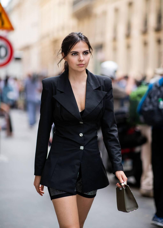 Девушка в мини шортах и черном блейзере