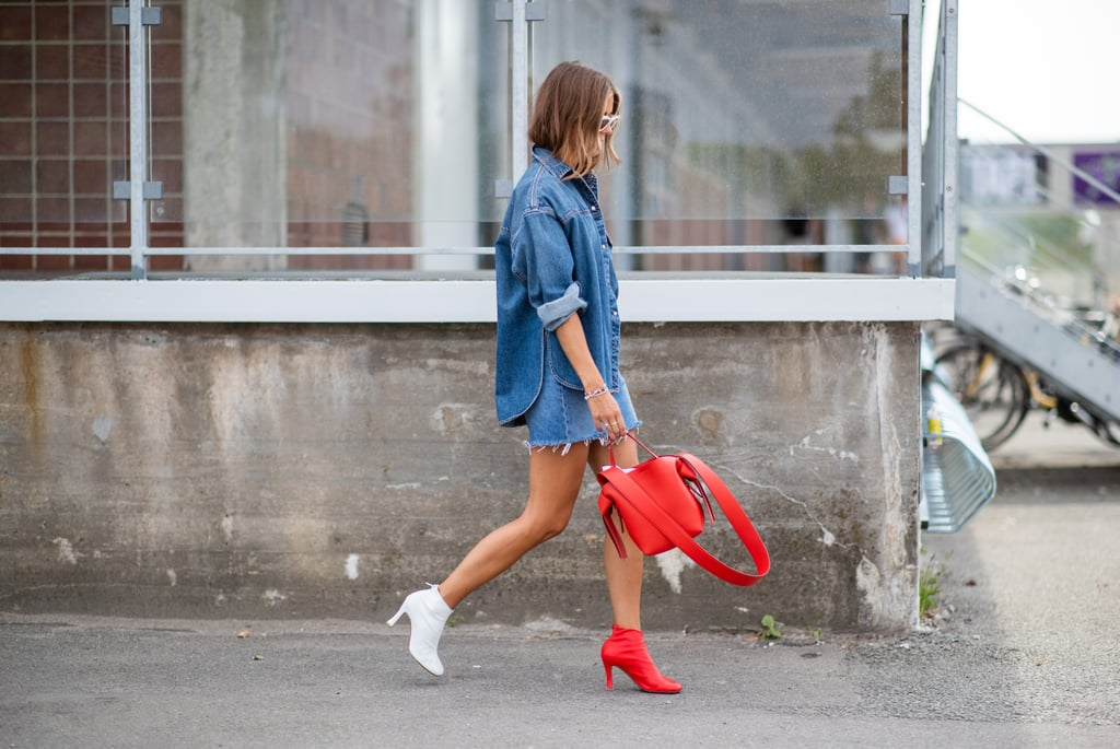 Девушка в мини юбке, рубашка из денима и ботильоны