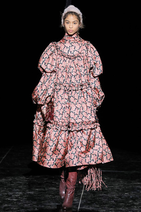 Девушка в объемном платье с цветочным принтом и сапогах