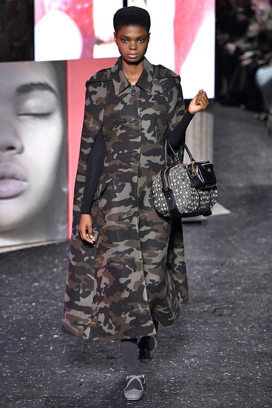 Девушка в пальто милитари и большая сумка