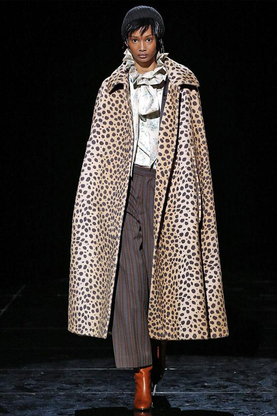 Девушка в пальто с леопардовым принтом, серые брюки и блузка