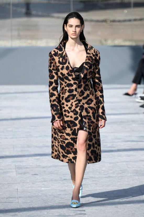 Девушка в пальто с леопардовым принтом