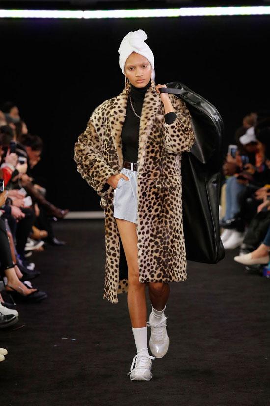 Девушка в пальто с леопардовым прнтом, водолазка и шорты