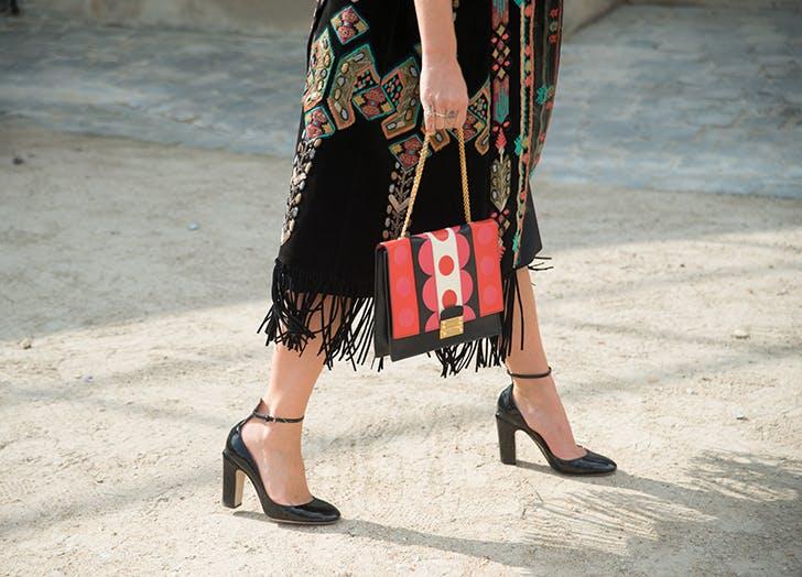 Девушка в платье миди и черных туфлях на каблуке