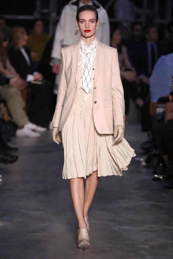 Девушка в плиссированной юбке миди, блейзер и блузка
